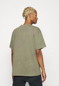 Karl Kani - SMALL SIGNATURE BOX WASHED TEE UNISEX - Basic T-shirt - green - 2