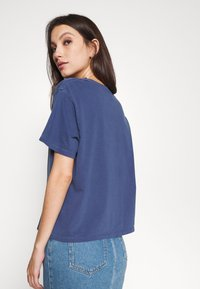 Levi's® - GRAPHIC VARSITY TEE - T-shirt print - outline chesth - 3