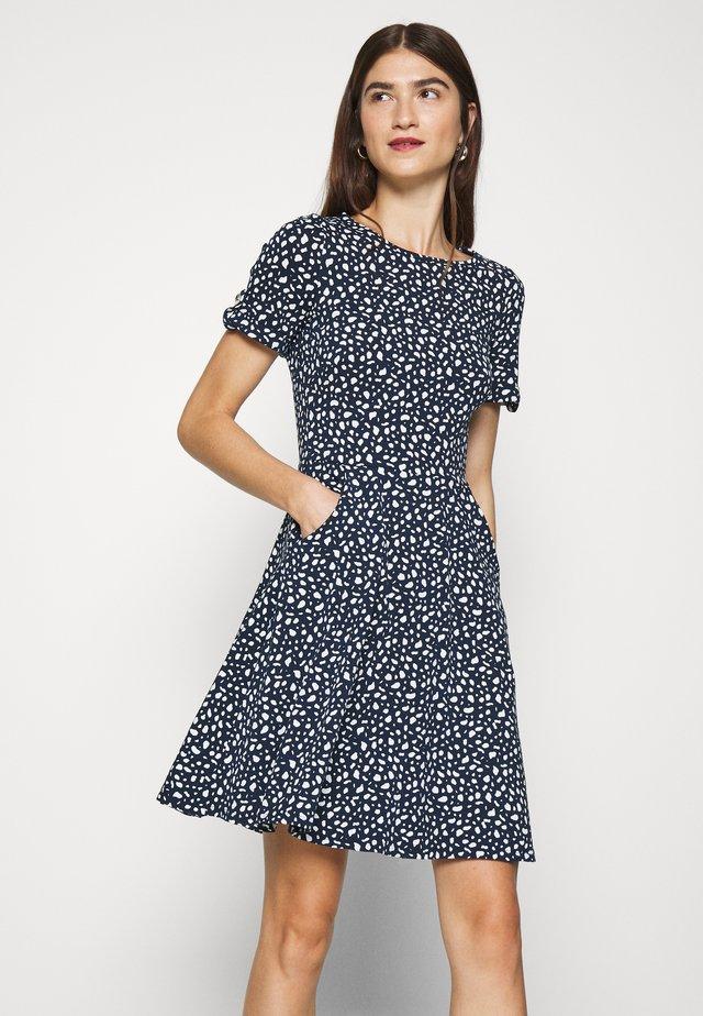 SPOT PRINT DRESS - Žerzejové šaty - navy