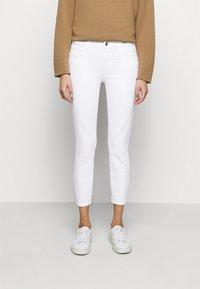 J Brand - MID RISE CROP - Jeans Skinny Fit - blanc - 0