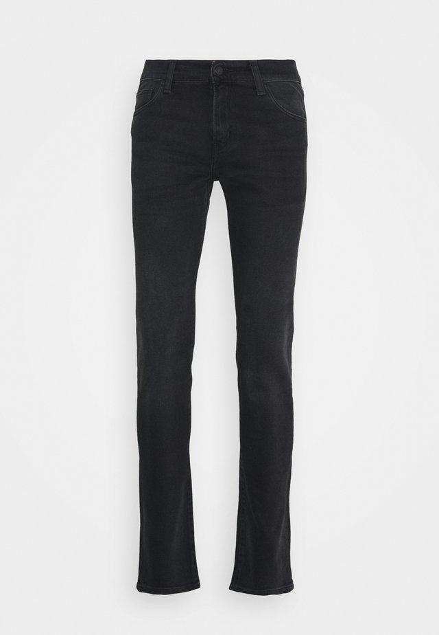 REBEL PANT MARGATE - Vaqueros slim fit - black mid worn wash