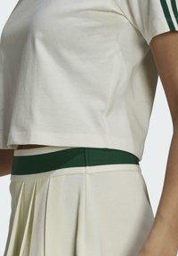 adidas Originals - TENNIS LUXE CROPPED ORIGINALS CROP - Print T-shirt - white - 5