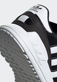 adidas Originals - LA TRAINER LITE SHOES - Trainers - core black/ftwr white/core black - 9