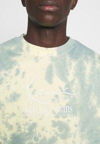 Karl Kani - SIGNATURE TIE DYE TEE UNISEX  - T-shirt imprimé - light yellow - 4
