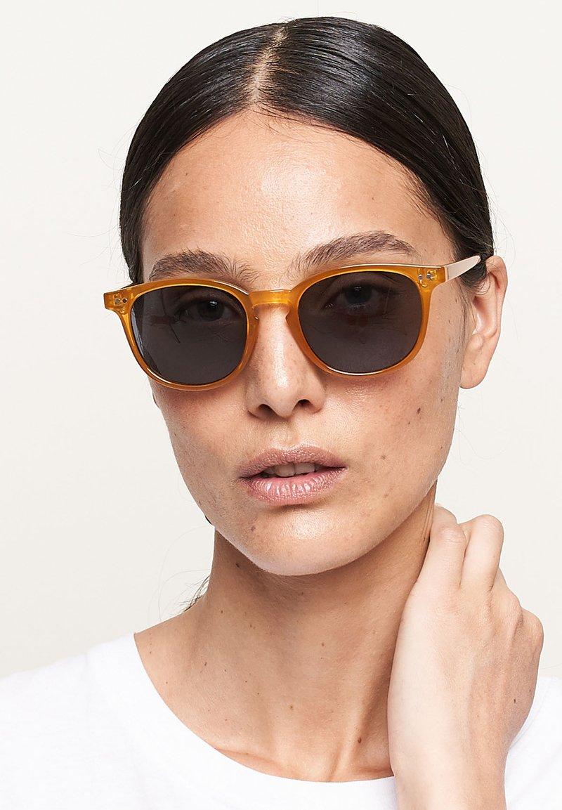 Meller - BANNA - Sunglasses - amber carbon