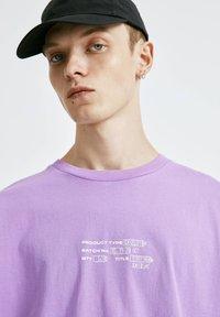 PULL&BEAR - T-shirt con stampa - purple - 3