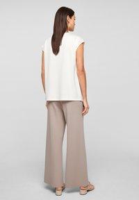 s.Oliver BLACK LABEL - Trousers - light grey - 2