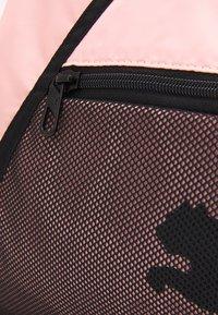Puma - BARREL BAG - Sportstasker - elektro peach/black - 4