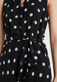 DKNY - KEYHOLE NECK MIDI WITH SELF BELT - Robe d'été - black/cloud - 6