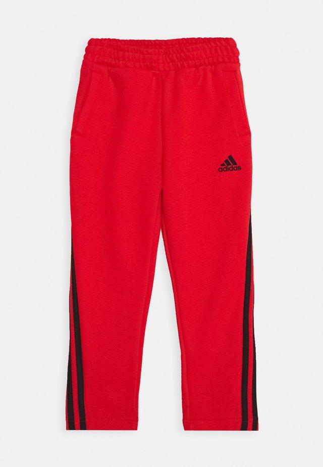 STRIPES ATHLETICS SPORTS REGULAR PANTS UNISEX - Pantalon de survêtement - hirere/black