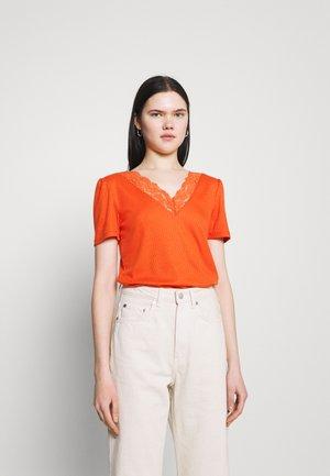 VIATHALINA V NECK  - Print T-shirt - burnt ochre