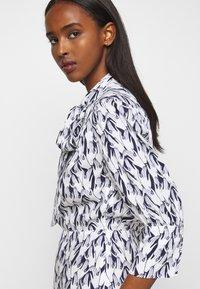 Victoria Victoria Beckham - SCARF NECK SURREAL HANDS TWILL MINI DRESS - Denní šaty - blue - 6