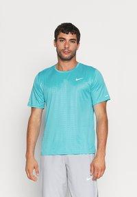 Nike Performance - MILER EMBOSS - T-shirt con stampa - chlorine blue/silver - 0
