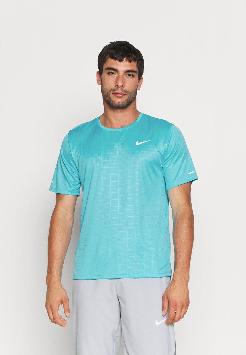 Nike Performance - MILER EMBOSS - T-shirt con stampa - chlorine blue/silver