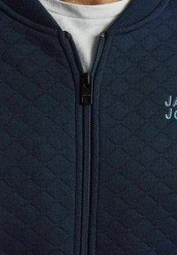 Jack & Jones - JCOCUT ZIP BASEBALL - Neuletakki - navy blazer - 4