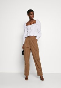 Missguided Tall - PLEAT FRONT TURN UP HEM CARGO TROUSER - Cargo trousers - tan - 1