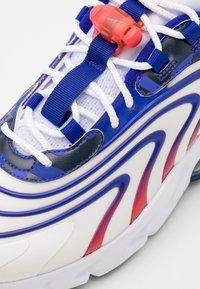 Nike Sportswear - AIR MAX 270 REACT UNISEX - Zapatillas - white/concord/ember glow - 5
