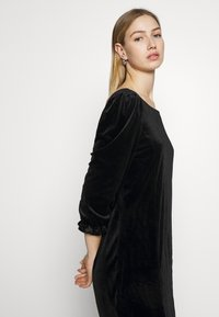 Monki - WILMA DRESS - Pouzdrové šaty - solid black - 4
