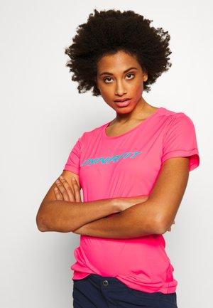 TRAVERSE TEE - Print T-shirt - fluo pink