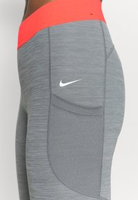 Nike Performance - 7/8 FEMME - Leggings - smoke grey heather/bright mango/white - 4