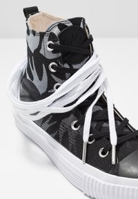 McQ Alexander McQueen - SWALLOW PLIMSOLL  - Vysoké tenisky - black/optic white - 7