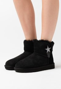 UGG - MINI BAILEY STAR - Boots à talons - black - 0