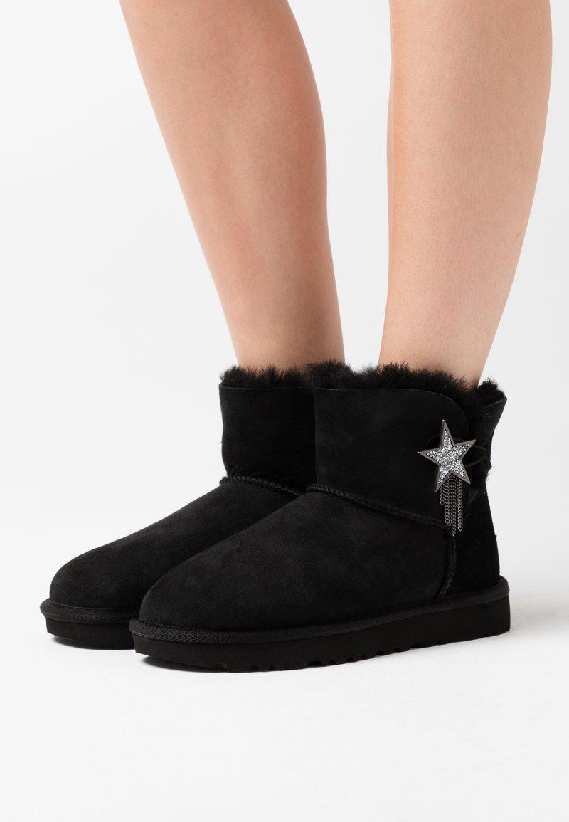 UGG - MINI BAILEY STAR - Boots à talons - black