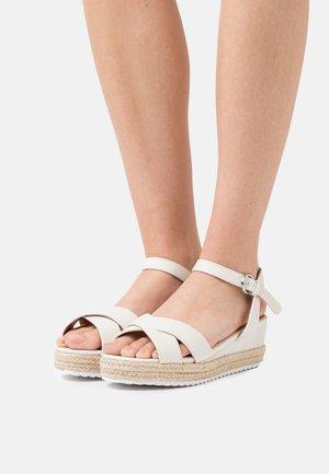 WIDE FIT STRASBOURG - Sandalen met plateauzool - white