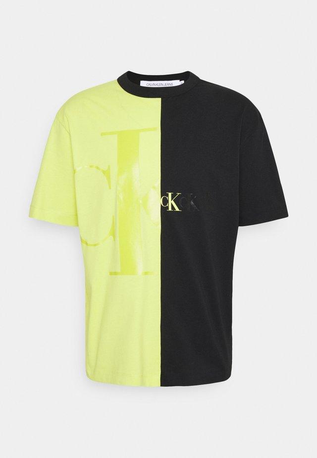 BLOCKING TEE  - Print T-shirt - lime zing /black