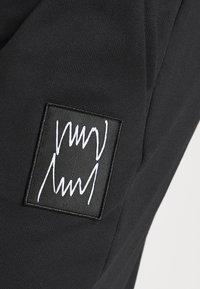 Puma - PIVOT - Pantalon de survêtement - black - 4