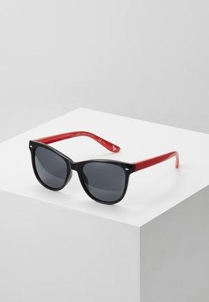 SUNGLASS KID - Sunglasses - black/red/smoke