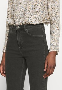 ARKET - Relaxed fit jeans - black dark - 4
