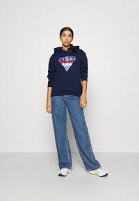 Tommy Jeans - MODERN LOGO HOODIE - Bluza z kapturem - twilight navy - 1