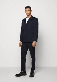 HUGO - HERMAN GERMAN - Costume - dark blue - 0
