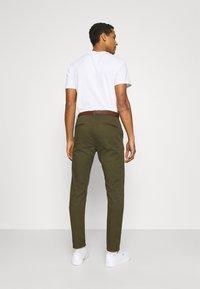 Scotch & Soda - NEW BELTED  - Chino kalhoty - military - 2