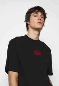 Han Kjøbenhavn - BOXY TEE FRONT - Print T-shirt - faded black/red - 4