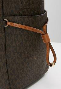 MICHAEL Michael Kors - VOYAGER SIGNATURE TOTE - Handbag - brown - 5