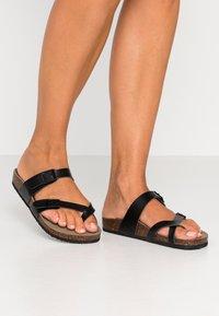 Madden Girl - BRYCEEE - Sandály s odděleným palcem - black paris - 0