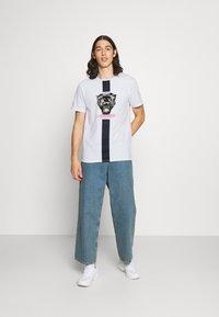 CLOSURE London - STRIPE ANIMAL TEE - Print T-shirt - white - 1