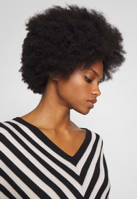 comma - DRESS - Pletené šaty - black - 3