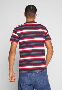 Tommy Jeans - STRIPE LOGO TEE - Print T-shirt - twilight navy / multi - 2