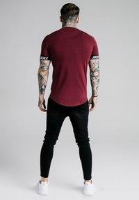 SIKSILK - RAGLAN TECH TAPE TEE - Print T-shirt - burgundy