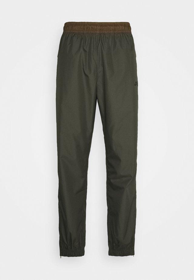 TRACK PANT UNISEX - Teplákové kalhoty - cargo khaki/yukon brown/black