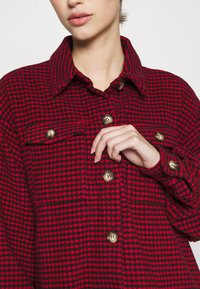 Missguided - DOGTOOTH OVERSIZED SHACKET - Button-down blouse - red - 6