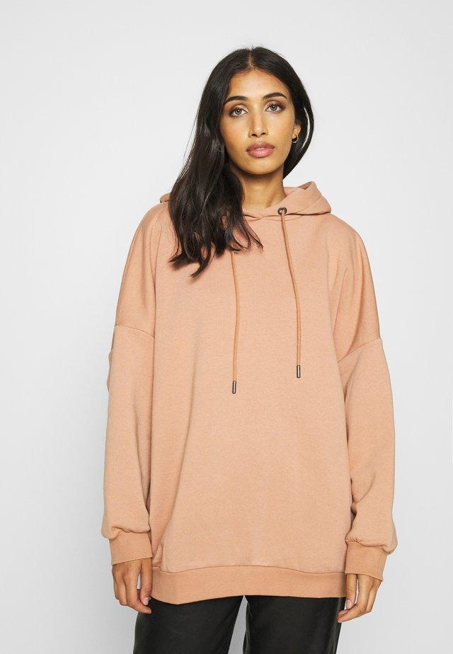 NMBELIEVE OVERSIZE - Bluza z kapturem - camel