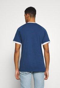 adidas Originals - 3 STRIPES TEE UNISEX - T-shirt imprimé - dark blue - 2