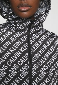 Calvin Klein Jeans - PACKABLE HOOD WINDBREAKER - Veste légère - black - 4