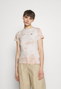 The North Face - NATURAL DYE TEE - T-shirts med print - evening sand/pink - 0