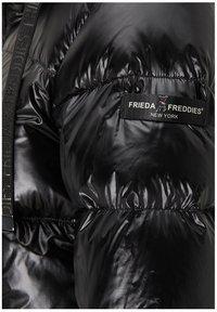Frieda & Freddies - DAUNENJACKE JAVA MIT GLÄNZENDEM OBERSTOFF - Down coat - black - 7