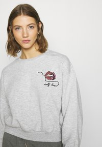 ONLY - ONLZITA LIFE SHORT LIPS BOX - Sweatshirt - light grey melange - 5